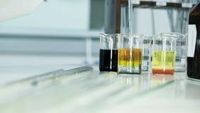 Chemisch experiment met pipet en test-buizen stock video