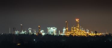 Chemisch installatieslicht in de nacht Stock Foto's