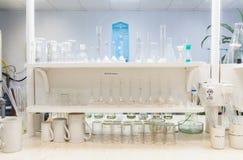 Chemisch laboratorium bij fabriek Royalty-vrije Stock Afbeeldingen