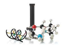 Chemisch molecule en DNA-structuurmodel met oude microscoop ov stock foto
