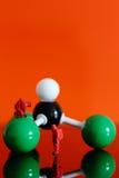 Chemisch team met een moleculair model van chloroform Royalty-vrije Stock Afbeeldingen