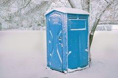 Chemisch toilet in het park op de winter Stock Foto's