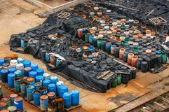 Chemische afvalstortplaats met heel wat vaten Stock Fotografie