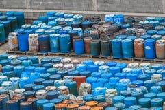 Chemische afvalstortplaats met heel wat vaten Stock Afbeeldingen
