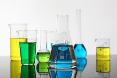 Chemische de industriebol met blauw magenta stock foto's