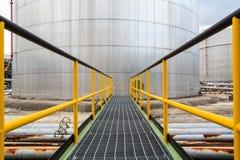Chemische de industriegang met de tank van de brandstofopslag royalty-vrije stock afbeelding