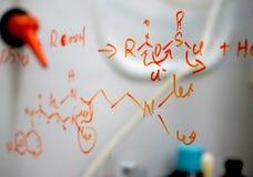 Chemische die structuur op glas wordt geschreven Stock Fotografie