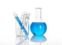 Chemische fles met binnen blauwe buizen Stock Foto
