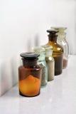 Chemische flessen in rowChemical flessen in een rowChemical bottl royalty-vrije stock foto