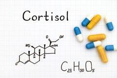 Chemische Formel des Cortisols mit einigen Pillen Lizenzfreie Stockfotos