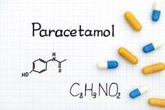 Chemische Formel des Paracetamols und einiger Pillen Lizenzfreie Stockbilder