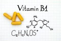 Chemische Formel des Vitamins B1 und der gelben Pillen Lizenzfreies Stockbild