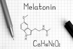 Chemische Formel von Melatonin mit schwarzem Stift lizenzfreies stockfoto