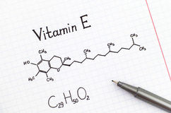 Chemische Formel von Vitamin E mit Stift Stockfoto