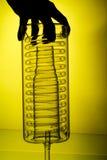 Chemische glaswerk en hand Royalty-vrije Stock Afbeeldingen