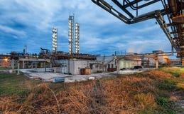 Chemische installatie voor productie van ammoniak en stikstofbemesting op nacht royalty-vrije stock afbeeldingen