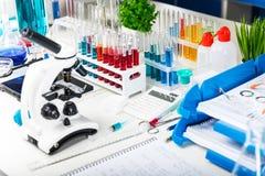 Chemische laboratoriumapparatuur Royalty-vrije Stock Foto's