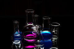 Chemische laboratoriumapparatuur over zwarte Royalty-vrije Stock Foto