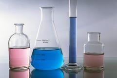 Chemische laboratoriumflessen met gekleurde vloeistof stock afbeelding