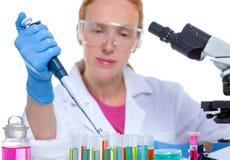 Chemische Laborwissenschaftlerfrau, die mit Pipette arbeitet Stockbilder