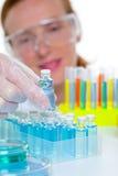 Chemische Laborwissenschaftlerfrau mit Flaschen Stockfoto