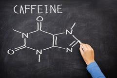 Chemische Molekülstruktur des Koffeins auf Tafel Stockfotos