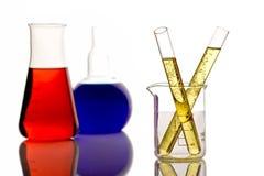 Chemische producten in een onderzoeklaboratorium stock afbeeldingen