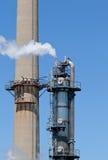 Chemische Raffinerie-Betriebsschornstein-Turm-Rohrleitung Lizenzfreie Stockfotos