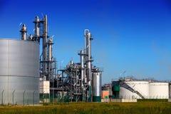 Chemische Raffinerie und Beckenbauernhof Stockfotografie
