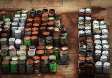 Chemischer überschüssiger Speicherauszug mit vielen Fässern stockfotos