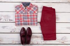 Chemise à carreaux, pantalon et chaussures Photo stock