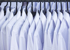 Chemise blanche avec le cintre de tissu à vendre Image libre de droits