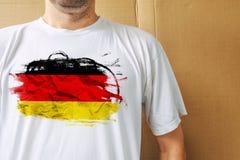 Chemise blanche de port d'homme avec la copie de drapeau de l'Allemagne Photo libre de droits