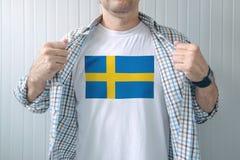 Chemise blanche de port d'homme avec la copie de drapeau de la Suède Photo libre de droits