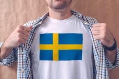 Chemise blanche de port d'homme avec la copie de drapeau de la Suède Image libre de droits