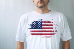 Chemise blanche de port d'homme avec la copie de drapeau des Etats-Unis Image libre de droits