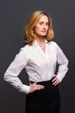 Chemise blanche s'usante de jacquard de femme photo stock