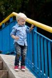 Chemise bleue et jeans de 'blond du bébé garçon ÑˆÑ Photographie stock