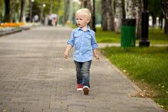 Chemise bleue et jeans de 'blond du bébé garçon ÑˆÑ Images libres de droits