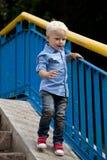 Chemise bleue et jeans de 'blond du bébé garçon ÑˆÑ Photo libre de droits