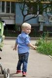 Chemise bleue et jeans de 'blond du bébé garçon ÑˆÑ Photo stock