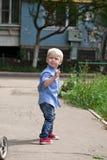 Chemise bleue et jeans de 'blond du bébé garçon ÑˆÑ Image stock