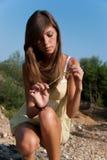 Chemise courte et jaune de jeune de dame treillis mince d'usage images stock