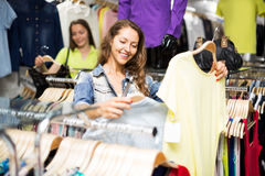 Chemise de achat de femme Photo libre de droits