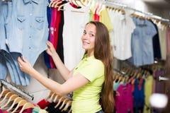 Chemise de achat de femme Photo stock