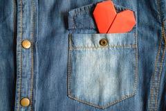 Chemise de blue-jean avec la poche et le coeur rouge Images stock