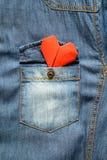 Chemise de blue-jean avec la poche et le coeur rouge Images libres de droits