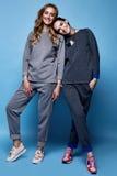 Chemise de costume de deux beaux vêtements sexy de femme et tre occasionnels de pantalon Image libre de droits