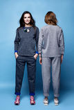 Chemise de costume de deux beaux vêtements sexy de femme et tre occasionnels de pantalon Photos libres de droits