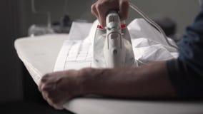 Chemise de fer d'homme clips vidéos